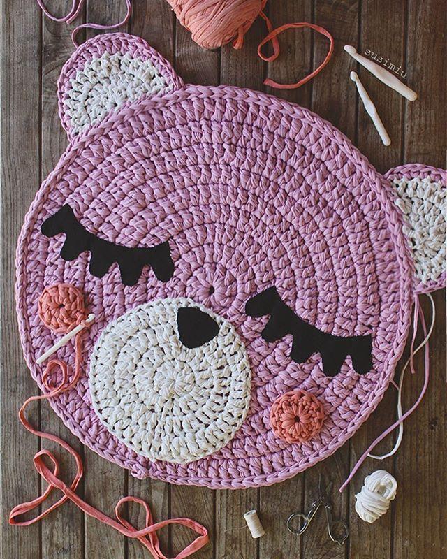 Esta mini alfombra Teo mide sólo 70 cm de diámetro , pero lo más cuqui del mundo mundial 🙈🌸🌸 Yo estoy encantada con ella y espero que sus futuros dueños también @martaloal 😁. Qué os parece a vosotras? ❤️ #susimiu #handmade #design #cute #pink #kids #girl #baby #crochet #handmade #etsy #instagram #inspiration #trapillo