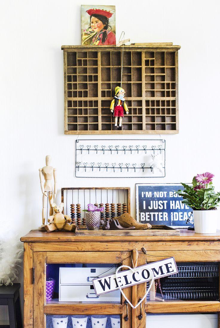 Inspiroiva asetelma puukaapin päällä. Inspiring still life on a wooden cupboard. | Unelmien Talo&Koti Kuvaaja: Hanne Manelius Toimittaja: Ilona Pietiläinen