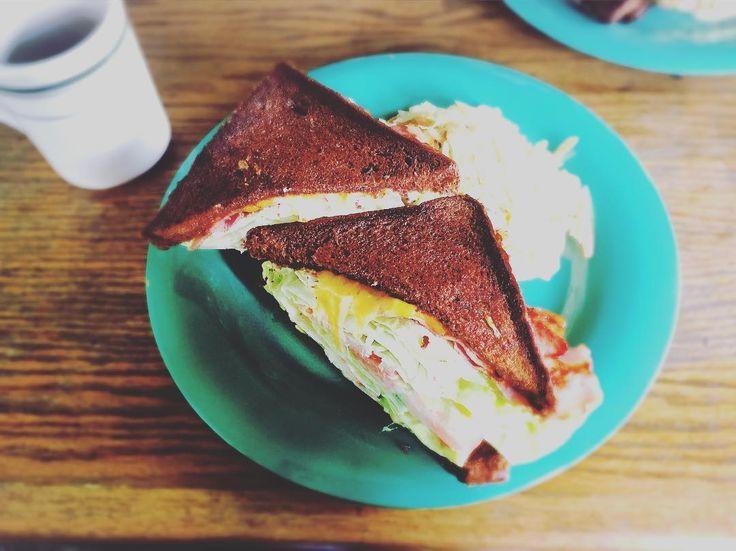 渋谷「BUY ME STAND(バイミースタンド)」は、アパレルブランド代表の山本さんが手がけるおしゃれすぎるサンドイッチスタンド。外国のような素敵な雰囲気はもちろん、料理もとてもおいしく、時間ごとにぴったりのメニューを提供してくれます。
