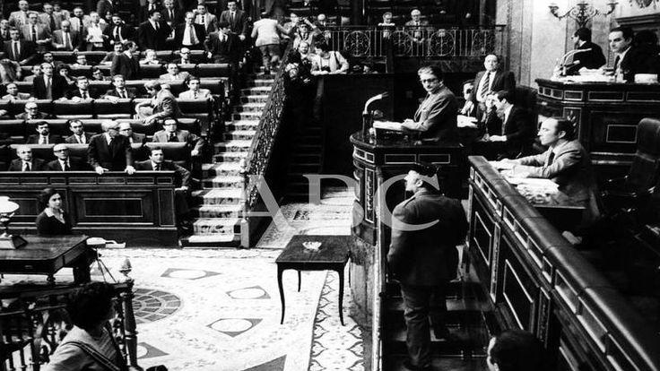 Madrid , 1981 . Golpe de Estado del 23 de febrero . El Teniente General Manuel Gutierrez Mellado , se puso de pie , junto a Adolfo Suarez , y enfrentaron a los sediciosos . . .
