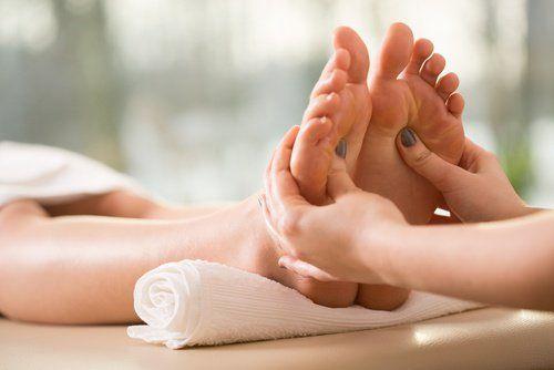 Hacer masajes y acupuntura