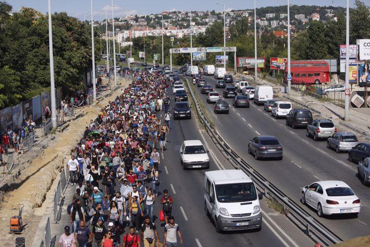 M1-M7-es autópálya bevezető, illegális bevándorlás - Több száz migráns elindult a Keleti pályaudvarról