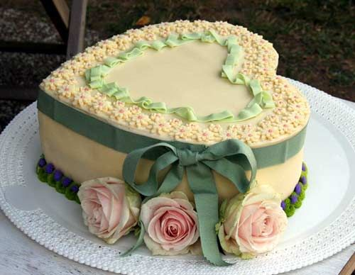 ❥ Intricately designed and decorated country style heart shaped cake