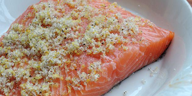 Den skal marinere i blandingen af citron, salt, peber og sukker i en halv times tid