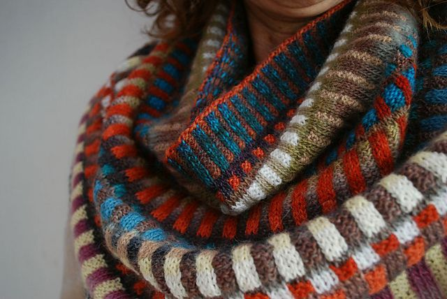Must knit it! adore this, if I could find these colors in a super cuddly yarn. Ravelry: enugu's Africa cowl - free pattern link