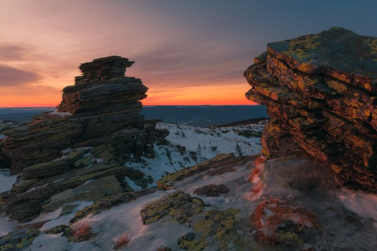 От рассвета до заката. Последний рассвет зимы и первый закат весны в горах Южного Урала. Фотографии сняты 28 февраля и 1 марта соответственно. Все 2 дня стояла на удивление тихая и безветренная погода. Видимо, зима и весна решили разойтись мирно, по графику. Автор: marateaman