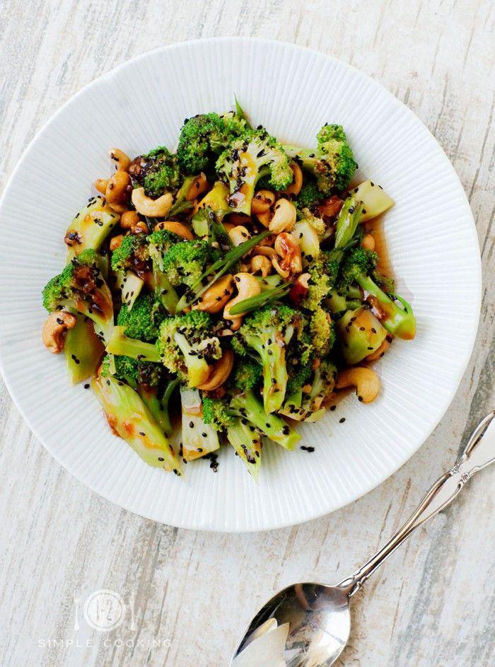 Leichtes Sommerrezept: Süß-Saurer Brokkoli Salat. Noch mehr tolle Rezepte gibt es auf www.Spaaz.de
