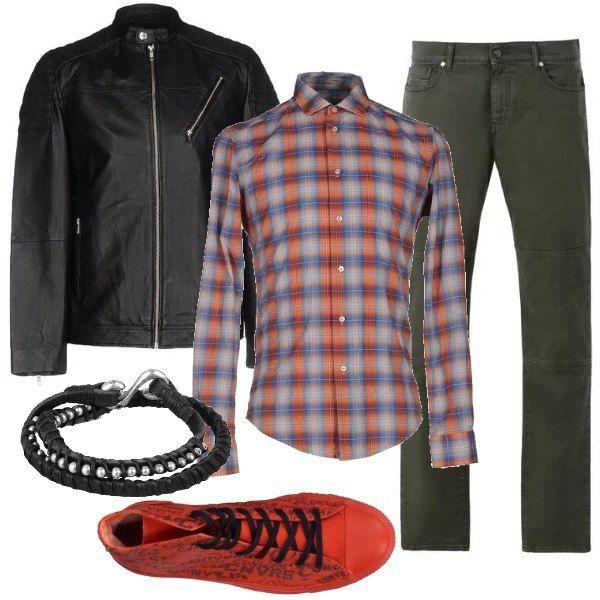 Stile sporty casual, in versione tempo libero, jeans verde militare, a gamba dritta, camicia a fantasia scozzese, sui toni dell'arancio, giubbotto di pelle, sneakers alte di stoffa e bracciale di pelle e metallo.