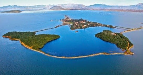 Πού βρίσκεται το πανέμορφο ψαροχώρι της Ελλάδας όπου έζησε ο Όσιος Ονούφριος και αναπαράγονται οι αργυροπελεκάνοι; - Exfacto.gr