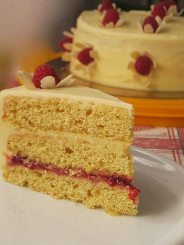 Raspberry and white chocolate flower cake on foodblog www.mycakeisluka.con