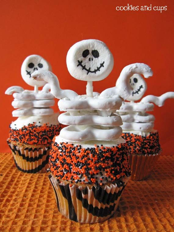 Skeleton Cupcakes... Easy cupcakes with skeletons made from white pretzels and marshmallows!