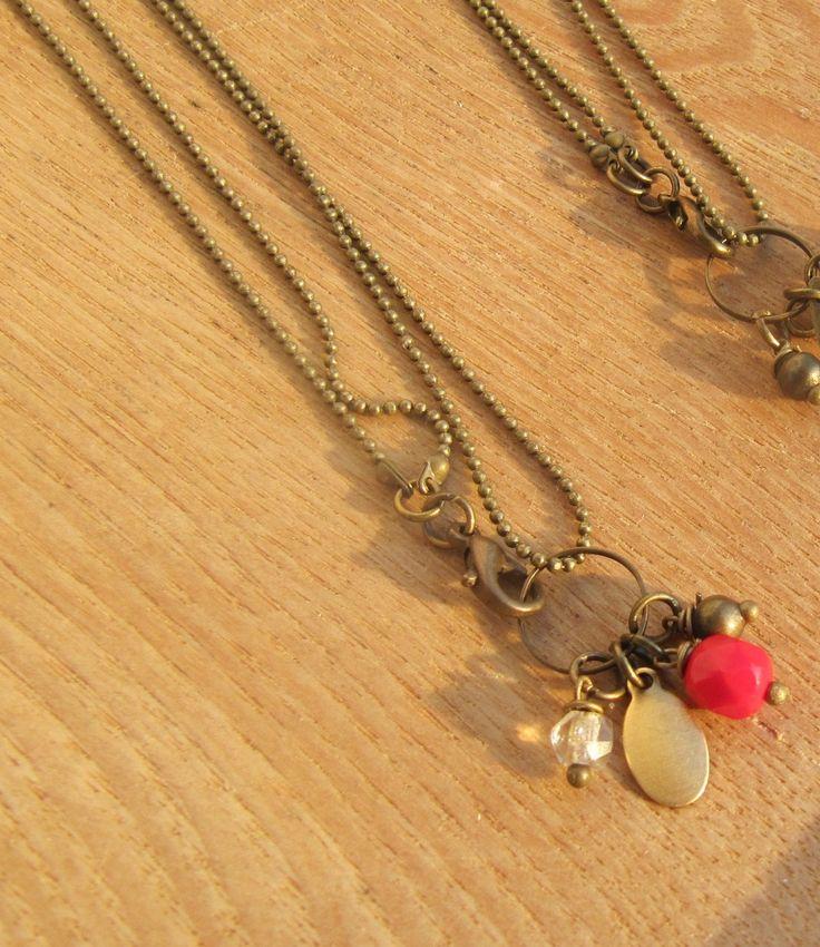 collier bronze esprit vintage très fine chaine boule et gri gri à dominante rouge : Collier par milky-bibiche