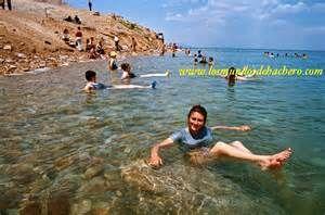 En el Mar Muerto, en Palestina, nadie se puede ahogar:  el cuerpo humano es más liviano que sus aguas, con un 27% o más de sal  que el agua de mar ordinaria, por lo que flota.  Este cuerpo de agua es tan salado, que no hay vida en él.  CLASES PARTICULARES, FORMACIÓN, RECUPERACIÓN ACADÉMICA A DOMICILIO  #Matemáticas, #ClasesdeGeografía, #Geografía #Música,#AprobarMatemáticas,#ProfesoresParticularesMatemáticas, #TécnicasEstudioMatemáticas #ClasesParticulares #ClasesaDomicilio…
