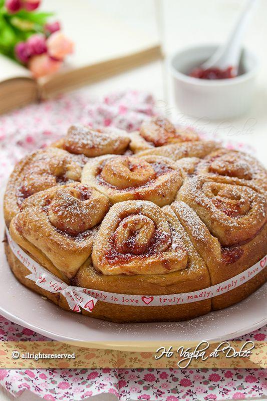 Torta delle rose con marmellata, ricetta buonissima, ideale per la colazione e per una ricorrenza speciale. Facile da preparare, sofficissima