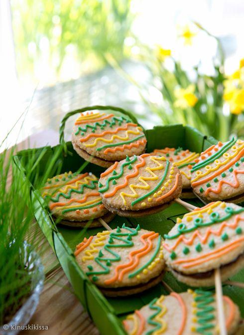 Pääsiäistikkarit Tikkarit voi tarjoilla myös koristeltuina pikkuleipinä. #pääsiäinen #leivonta #keksi #pikkuleipä #resepti #kinuskikissa #tikkari