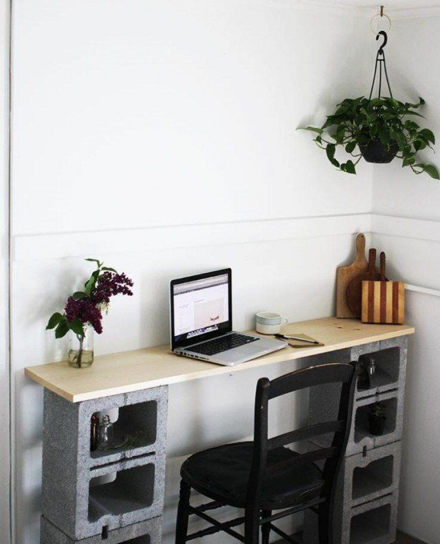 bureau-domicile-DIY-blocs-béton-creux-planche-bois