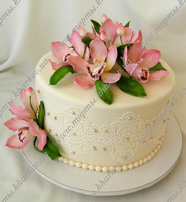 Торт свадебный с орхидеями и кружевами.