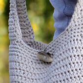 Hækl den smarte skuldertaske i den farve, der passer bedst til din garderobe – det går lynhurtigt med fire tråde garn!