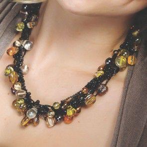 Goudkleurig collier met amberkleurige kralen met gouden gloed gemaakt door de vrouwengroep Beads for Life in Nepal.