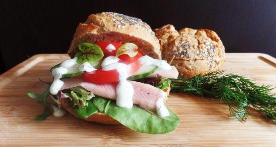 Recept voor broodje paling. Een makkelijk en gezond recept voor een broodje gerookte paling met yoghurt-dillesaus, komkommer en tomaat.
