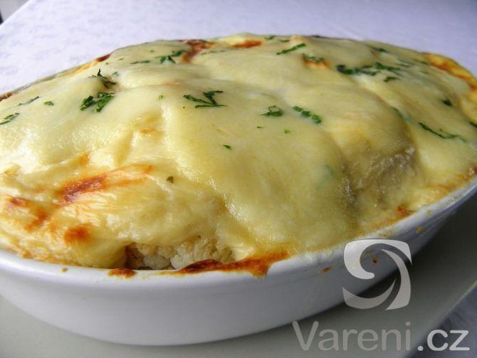 Recept na přípravu zapečeného květáku s bramborem ve výborně ochucené sýrové omáčce. Pokrm podáváme jako hlavní chod s čerstvou zeleninou.