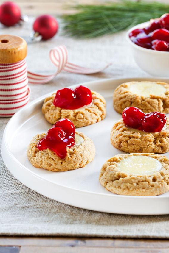 Cherry Cheesecake Cookies need to be on your table for the holidays. Let the cookie baking begin! | https://lomejordelaweb.es/