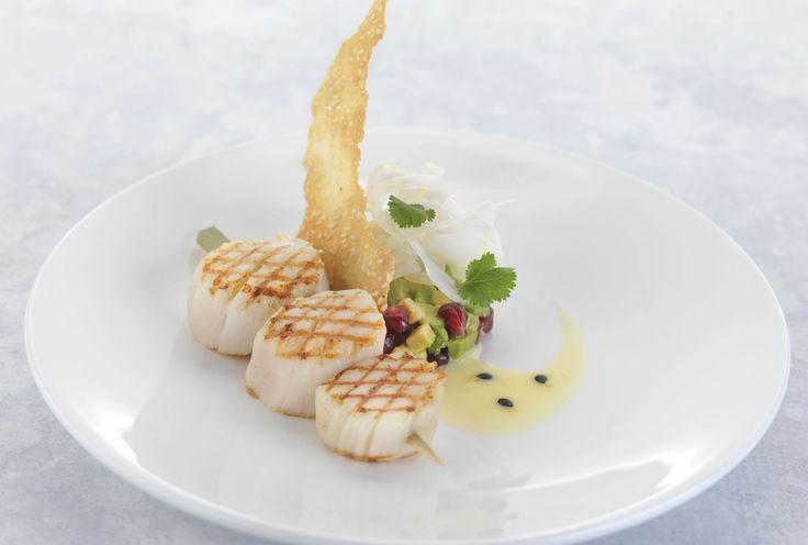 ホタテのグリル、フェンネル・アボカド・ザクロのサラダとパッションフルーツのソース、ゴマのチユイルを添えて