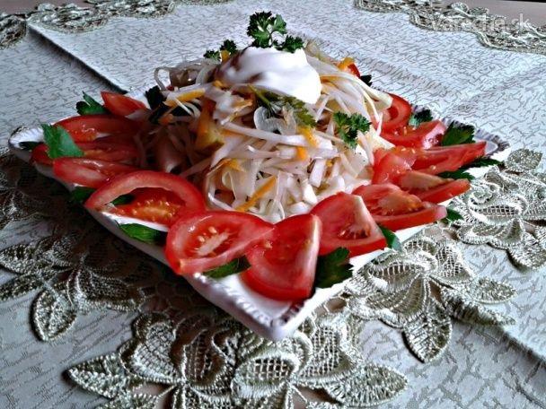 Zabáraný kapustový šalát s jogurtom a orechmi (fotorecept) - Recept