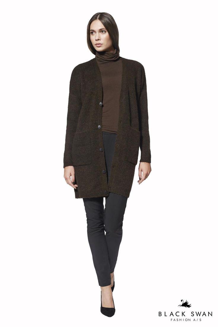 Vamset musthave henover både jeans og kjoler. Den er lavet i et lækkert blødt materiale og kommer i flotte blå og brune farver. Lovely soft warm knitted cardigan. Black Swan Fashion
