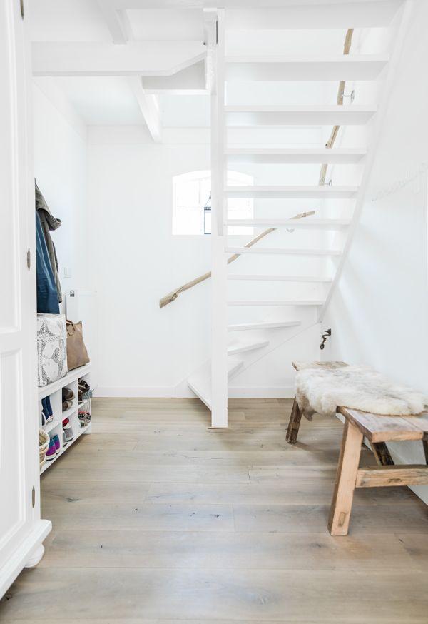 ミニマルな可愛らしさ】出窓と流木の手すりのある白いペンキ塗りの階段 ... 枝で作った手すりとニッチ状の出窓のある白いペンキ塗りの
