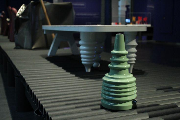 """Mesa """"Multileg"""" de Jaime Hayon para BD Barcelona Design, 2016. La mesa ofrece varias opciones de compra en materiales y acabados. Además, se le pueden poner unas patas muy sencillas (existen doce modelos diferentes) para obtener un """"look"""" austero o añadirle una diversidad de patas de distintos estilos para un acabado más ecléctico."""