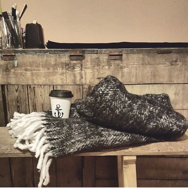 Perfect winterday's cozy up equipment - lid covered anchor mug with sweet liquid heat together with a big thick wool blanket. Fur up and enjoy the warmth! 👍🏻⚓️ Regram from our retailer @krinti_lovisa in Finland. #lionsandcranes #lionsocranes #krinti...