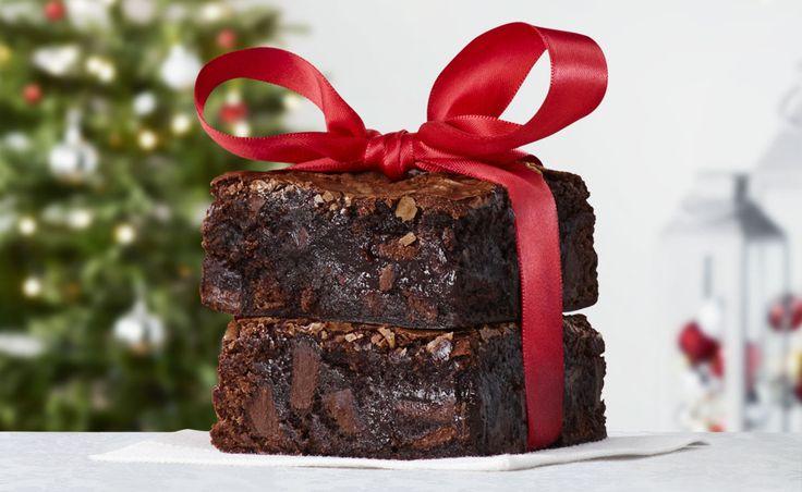 Voici ma recette par excellence pour des brownies chocolatés à souhait, avec une surface bien tendre. Il m'arrive d'y ajouter des noix ou des pacanes grillées, ou alors des morceaux de chocolat (au lait, noir, blanc ou les trois!). Ce qui est merveilleux, c'est que tous les ingrédients sont mélangés dans la même casserole où l'on fait fondre le beurre et le chocolat, ce qui fait moins de vaisselle à laver!