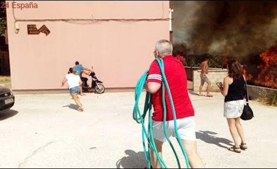 Peligroso incendio al lado de las viviendas de La Granja en Algeciras
