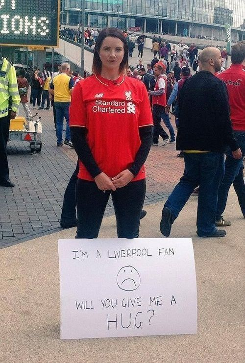 Piękna fanka FC Liverpoolu chce przytulić się do każdego kto sobie tego zażyczy • Zabawna akcja ślicznej wielbicielki Liverpoolu >> #liverpool #football #soccer #sports #pilkanozna #funny