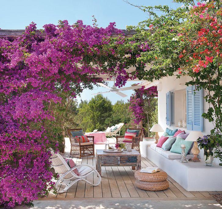 Днес ще посетим един прекрасен дом в Испания със свеж и кокетен интериор. Тук лятото живее целогодишно. Заповядайте да разгледаме!
