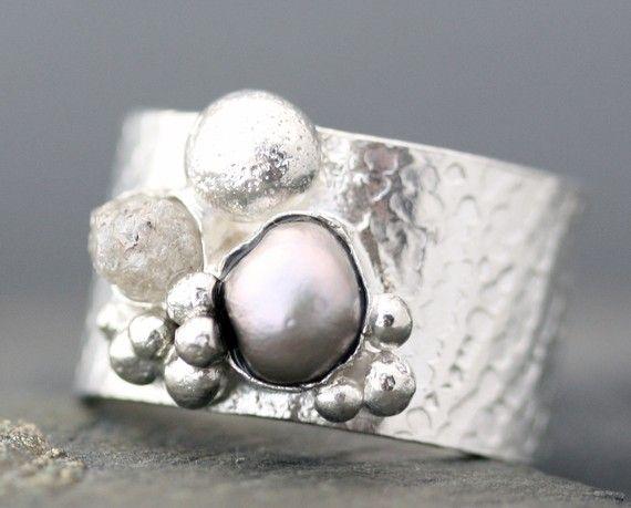 Diamante bruto y acero gris perla en anillo de plata esterlina con textura