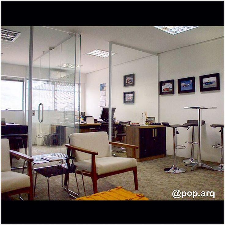 O estilo jovem e dinâmico desta empresa pedia um ambiente mais descontraído para reuniões. Para isso mesclamos o mobiliário corporativo com itens mais informais. 📌 #arqtips #office #escritorio #corporativo #arquiteturacorporativa #arquitetura #arquiteturadeinteriores #reuniao #saladereuniao