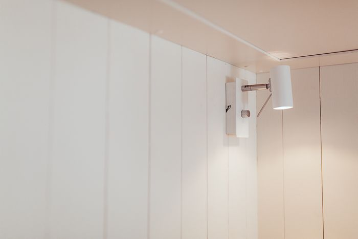 Sängbelysning i modulbyggt hus. www.sommarnojen.se #sommarhus #fritidshus #sovrum #belysning #panel