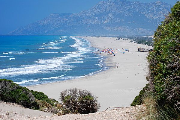 Patara Beach . At 45 miles to the southeast of Fethiye, surrounded by white sand and beautiful dunes in the center of the ancient ruins, this place is - Patara Beach. This is the beach regularly recognized as the best in Turkey. Surprisingly, this is a great place to this day remains quite free and not overcrowded by tourists. - Патара-Бич, Патара. В 45 милях к юго-востоку от Фетхие, окружённое белым песком и прекрасными дюнами, в центре древних развалин, находится это место – Патара-Бич.