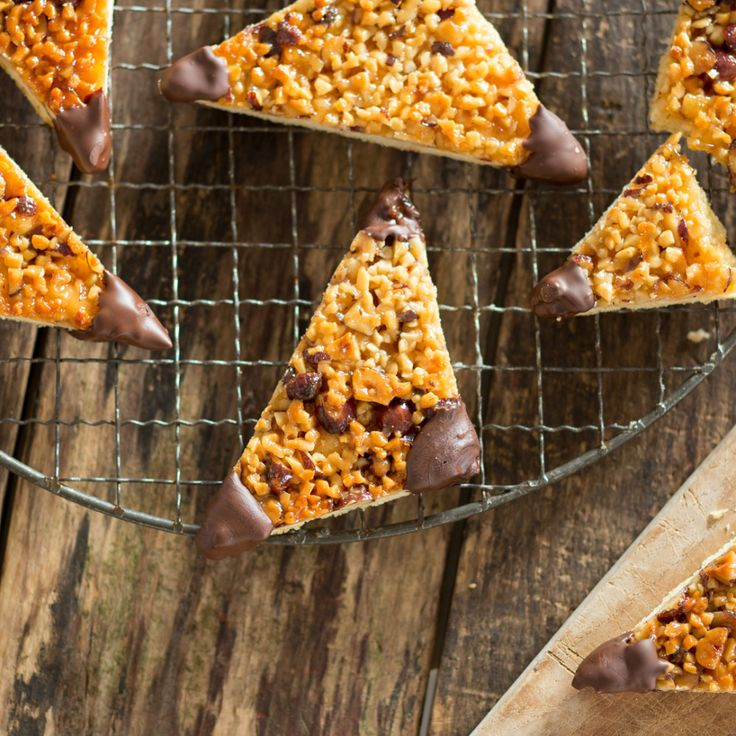Zarter Mürbeteig, goldig glänzend karamellisierte Nüsse und leckere Schokoecken - Nussecken sind einfach ein Dauerbrenner und ganz einfach selber zu machen.