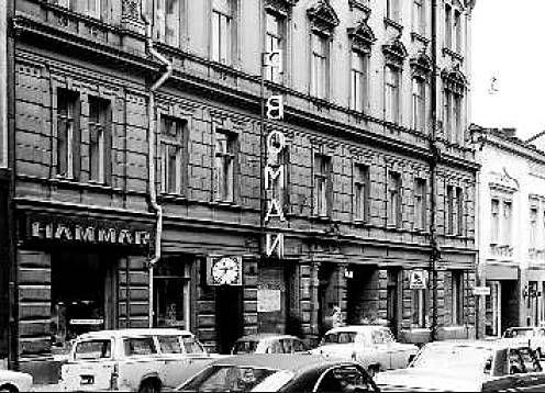 Fabianinkatu 8:ssa oli aiemmin vuonna 1890 rakennettu klassisen tyylin mukainen kivitalo. Se oli alun perin asuintalo, jonka ensimmäisessä kerroksessa oli liiketiloja