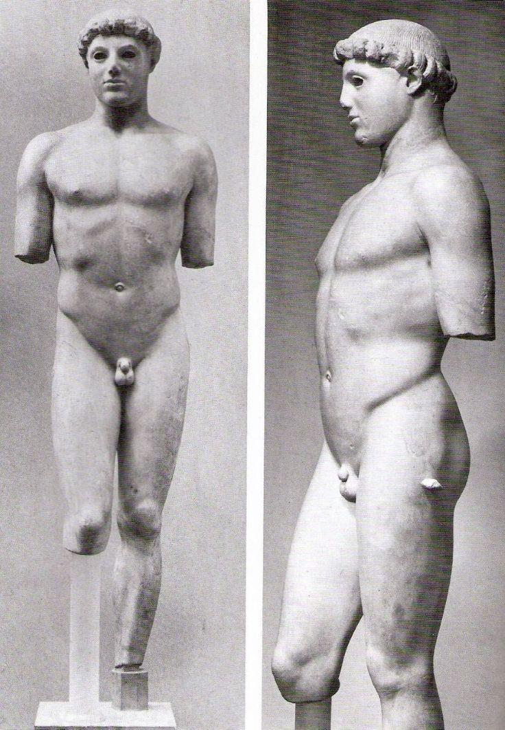 Kritos genci. Akropolis'ten  Bu heykel gerek anatomik ayrıntıların işlenmesiyle gerekse tek cepheliliğin terk edilişiyle adeta bir baş yapıt niteliğindedir. Artık bu tarihten sonra heykel, insan figürünün yerini alan ve onu sembolize eden bir kavram olmaktan çıkıp gerçekte ona benzeyen bir nesneye dönüşmüştür.