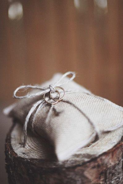 Fedi su cuscinetto di iuta.   www.princesswedding.it   Photo by Paola Colleoni