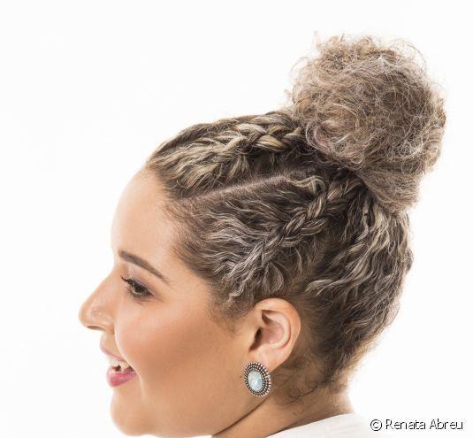Penteado de festa para cabelos cacheados e crespos: siga o passo a passo e aprenda a fazer um coque alto com tranças em detalhes!