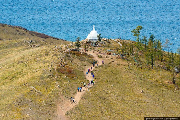 Как многие знают, буддийская ступа на острове Огой появилась в 2005 году. Ее строили добровольцы из России и разных европейских стран. В процессе строительства наблюдались интересные явления. Над ступой часто видели радугу, а однажды, после сильного ливня, радуга возникла прямо из ступы!
