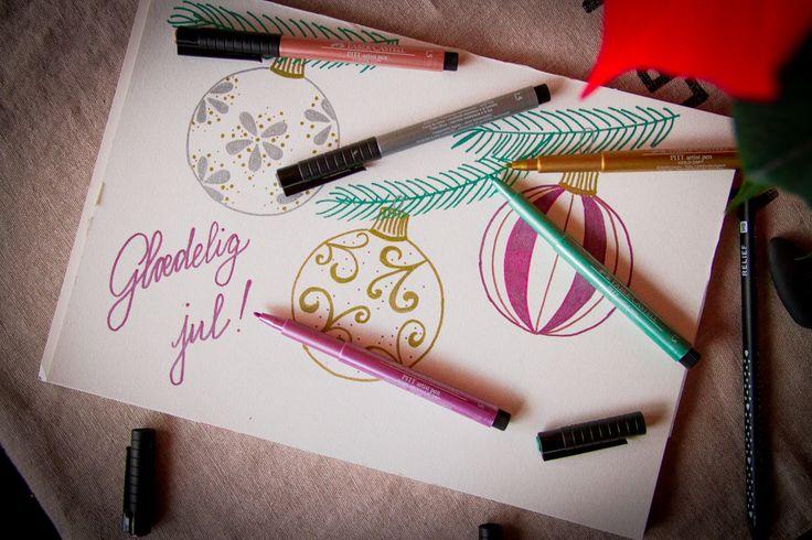 Disse fine penne er ligesom tusser og er egnet til både at tegne og skrive og findes i 5 forskellige farver: guld, sølv, bronze, grøn eller rubinrød. Tusserne er meget farverige med en strejf af glitter med en blød spids. Brug dem på julekortene, tegn en fin tegning eller farvelæg de flotte illustrationer i en af vores mange malebøger. Du kan finde Faber-Castell Artist pennene i vores butikker, samt online.