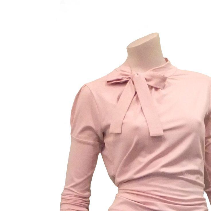 Lentekriebels? Detail shirt (Quila) in bleekroze. Draag het met een wijde cirkelrok in dezelfde kleur en het lijkt een jurk. €99,50 via www.radijsje.nl