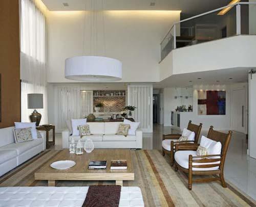 Composições de sofás brancos e madeira natural, ficam ...