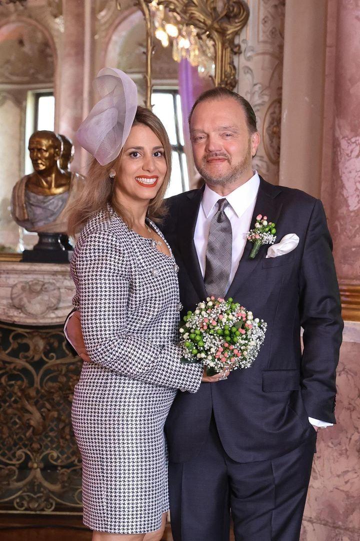 Bildergalerie So Heiratet Furst Alexander Zu Schaumburg Lippe Seine Mahkameh Heiraten Kleid Hochzeit Royale Hochzeiten